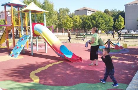 Locurile de joacă din parcurile orădene vor fi acoperite cu tartan (FOTO)