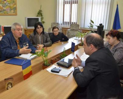 Părinţii elevilor din Lăzăreni cer demisia directoarei şcolii, acuzând-o de incompetenţă (FOTO)