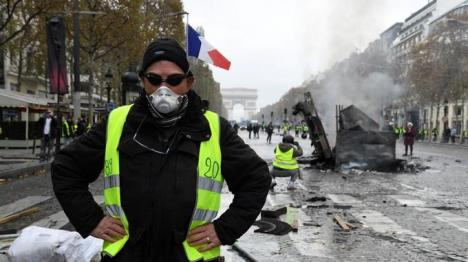 Lupte de stradă la Paris: Gaze lacrimogene şi tunuri de apă împotriva protestatarilor nemulţumiţi de scumpirea carburanţilor (VIDEO)