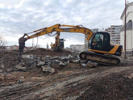 Constructorii au început săpăturile la viitoarea parcare subterană de lângă catedrala ortodoxă Învierea Domnului (FOTO)