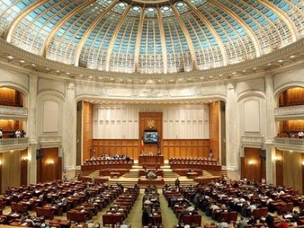 Parlamentul a votat legea super-imunităţii, care îi protejează pe senatorii şi deputaţii incompatibili