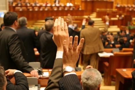 Parlamentul cere demisia preşedintelui Traian Băsescu