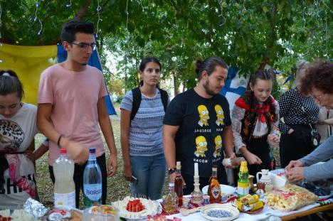 Party la Muzeu, în Oradea! Tineri din patru ţări au dansat periniţa şi braşoveanca, în curtea Muzeului Ţării Crişurilor (FOTO / VIDEO)