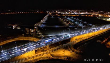 Fără festivităţi. Pasajul suprateran de la Piaţa 100 a fost deschis circulaţiei (FOTO / VIDEO)