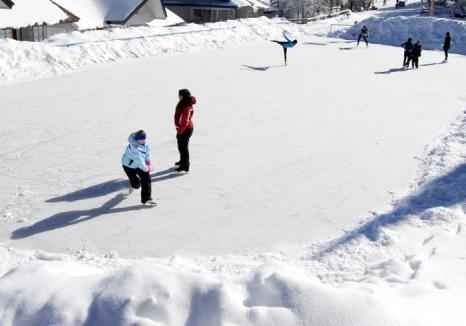Un nou mod de distracţie, de sărbători, la munte. Se deschide patinoar la Arieşeni!