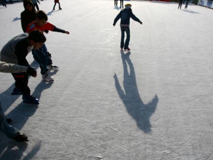 În Ajun de Crăciun, se deschide patinoarul din Orăşelul Copiilor