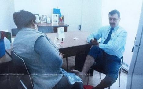 Director dintr-o primărie, pozat în birou în timp ce femeia de serviciu îi făcea... pedichiura