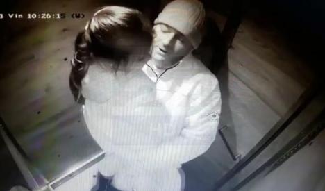 Poliţia, în alertă! Pedofilul din imagine a agresat sexual doi copii într-un lift (VIDEO)