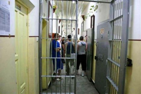 Un deținut a fost prins încercând să prepare țuică în celulă