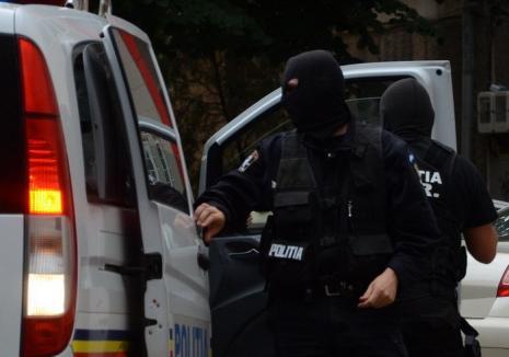 Procurorii Antimafia au descins în percheziţii în Bihor: Membrii unei grupări au ridicat 300 de credite pe documente false (VIDEO)
