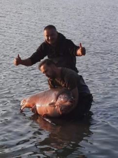 Un pescar din Oradea a doborât recordul naţional la crap! Câte kilograme a avut captura (FOTO / VIDEO)