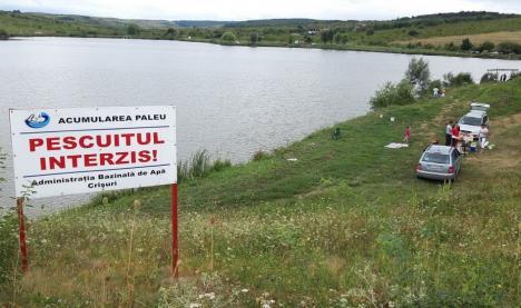 ABA Crișuri a montat degeaba un panou împotriva pescuitului la Paleu