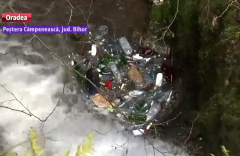 Nesimţire! O peşteră din Bihor a ajuns groapă de gunoi pentru săteni