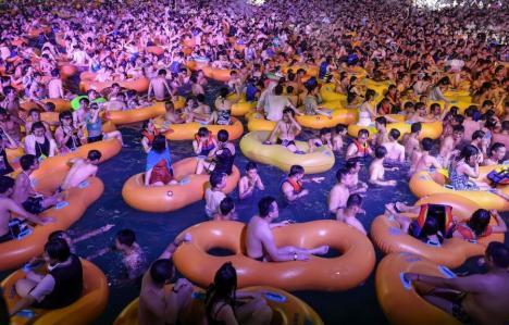 Mii de oameni înghesuiţi la o petrecere într-un aquapark din Wuhan, oraşul în care a apărut Covid-19 (FOTO / VIDEO)