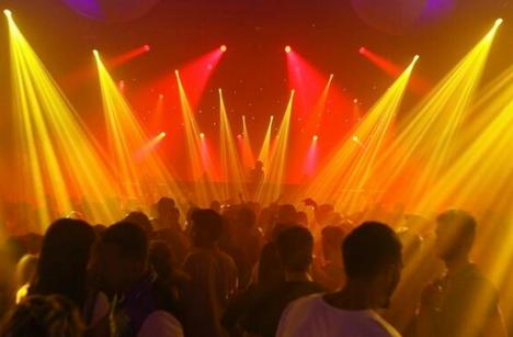 'Relaxare' cu amendă. Poliţiştii din Bihor au 'spart' o petrecere cu 500 de persoane, într-un club din Cacuciu Nou