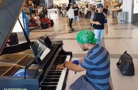 'Două minute de vrajă': Un orădean bolnav, aflat în Italia la tratament, a impresionat cântând la pian în aeroport (VIDEO)