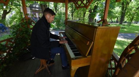 Libertate la... pianină: Orădeni talentaţi umplu Parcul Libertăţii cu muzică (FOTO / VIDEO)