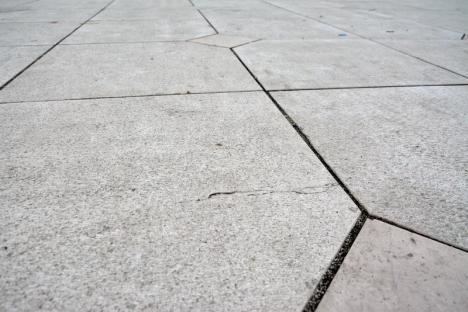 Reparaţi! Crăpăturile apărute în pavajul din Piaţa Unirii au ajuns până în Consiliul Local (FOTO)