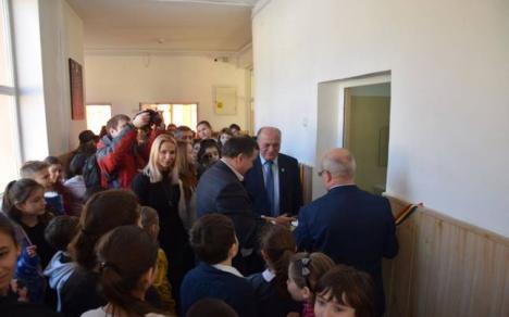 Inaugurare în uşa WC-ului: Primarul din Piatra Neamţ a tăiat panglica unor toalete de şcoală