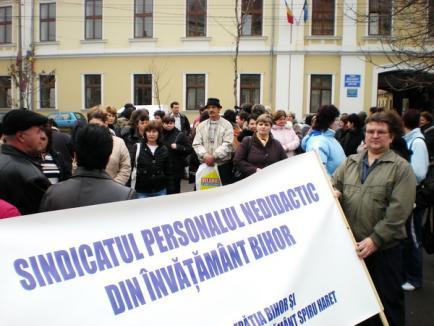 Personalul nedidactic din Bihor a protestat la Prefectură, împotriva salariilor de mizerie (FOTO)