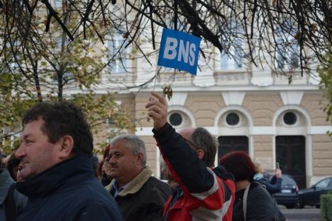 'Ruşine să vă fie!': Sindicaliştii BNS au pichetat Prefectura în semn de protest faţă de trecerea contribuţiilor de la angajator la angajat (FOTO / VIDEO)
