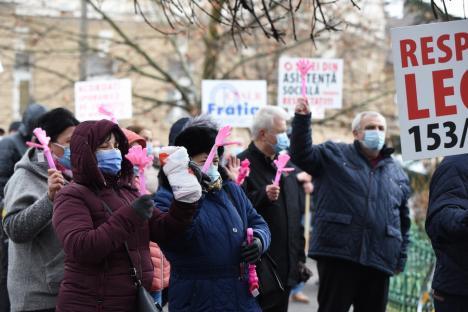 Lucrătorii auxiliari din spitale şi centrele sociale au pichetat Prefectura, nemulţumiţi de îngheţarea salariilor şi discriminarea comparativ cu medicii şi asistentele (FOTO / VIDEO)