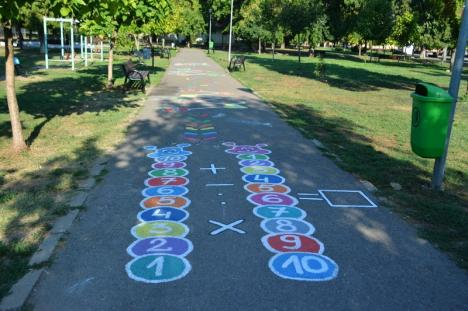 'Copilărie pe asfalt': O mămică pictează desene educative pe aleile din parcurile Oradiei (FOTO / VIDEO)