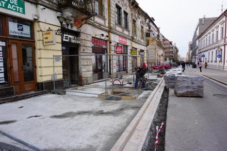 Constructorii au început pavarea cu porfir a trotuarului din strada Republicii (FOTO)