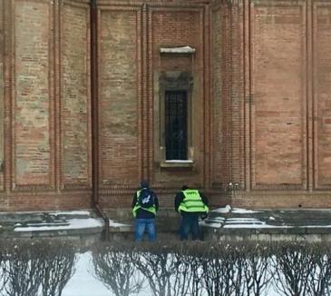 Doi angajaţi ai MAI, pozaţi în timp ce îşi făceau nevoile pe Biserica Kretzulescu din Capitală. Patriarhia cere mustrarea lor