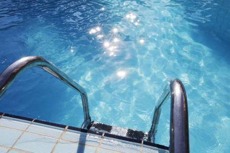 O altă tragedie în Bihor: Un copil de 8 ani, înecat în piscina unei pensiuni din Remeţi