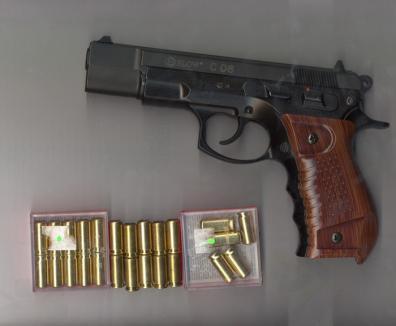 Pistol de 9 mm găsit în maşina unui italian