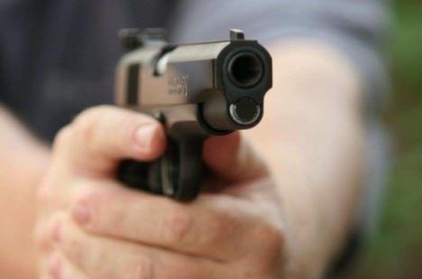 """Răpire ca-n filme în Oradea: Un bărbat a fost 'înghesuit' într-o maşină şi ameninţat cu arma de trei indivizi care au vrut să-l """"tapeze"""" de 10.000 lei"""