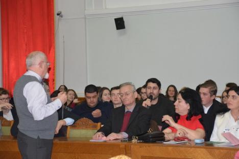 'Plagiatul este poluare intelectuală': Un profesor clujean a ţinut la Oradea o lecţie despre plagiat (FOTO)