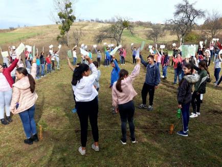 Centenarul... verde: Garda de Mediu Bihor şi elevii din Bratca au plantat 100 de molizi (FOTO)