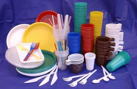 Fără paie, farfurii, tacâmuri din plastic. Lista produselor care nu mai pot fi puse pe piaţă în România (VIDEO)