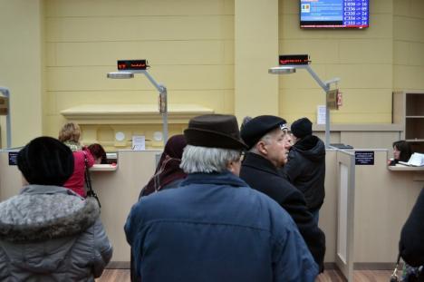 Plătiţi online! Sute de orădeni au luat cu asalt luni dimineaţă ghişeele de plată ale Primăriei (FOTO / VIDEO)