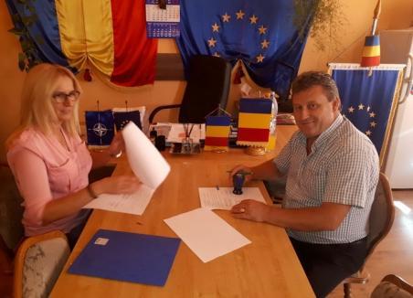 Primele contracte de finanţare prin PNDL 2 au fost semnate de primarii din Sînmartin şi Ineu