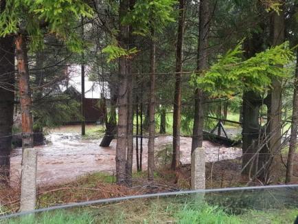 Zeci de familii din Arieșeni au rămas izolate după ce apele au distrus un pod