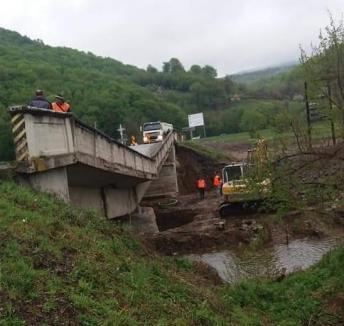 S-a prăbușit podul de legătură dintre DN1 și Valea Drăganului (FOTO)