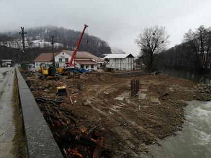 """Prima """"ispravă"""" a lui Bolojan la Județ: Construit din economiile de după concedieri, podul din Bulz peste Crișul Repede e aproape gata (FOTO)"""