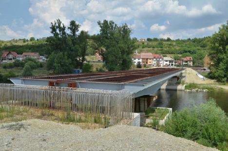 Şase luni de şantier: Construcţii Bihor reia lucrările la podul Dragoş Vodă