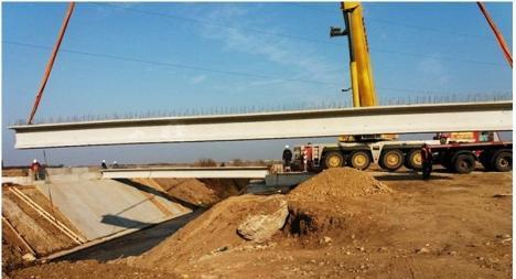Se montează grinzile pe podul peste Peţa al noului drum de Sântandrei (FOTO)
