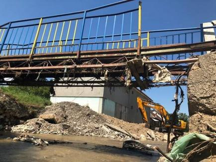 Patru din cele cinci poduri peste Crişul Negru din Vaşcău, afectate de viiturile de luna trecută şi încă nereparate (FOTO)