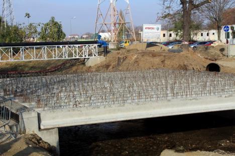 Termen: 1 Decembrie. Constructorii au montat grinzile podului din strada Universităţii din Oradea (FOTO)