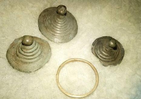 Podoabe și inel de bronz de peste 3.000 de ani, descoperite de un bihorean în comuna Măgești