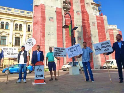 Apel în faţa Primăriei Oradea: Partidul Oamenilor Liberi le cere orădenilor 'să aleagă cu minte', adică să-i voteze pe ei, fiindcă-s 'cei mai buni' (FOTO/VIDEO)