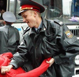 Poliţişti din Sankt Petersburg, implicaţi în orgii cu deţinuţi violaţi