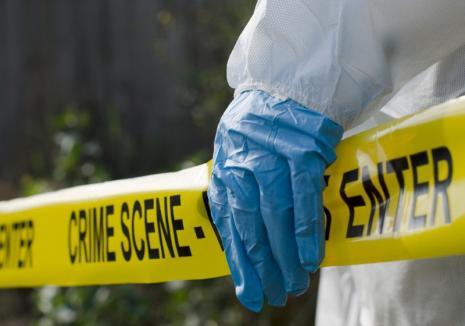 Criminal sadic după gratii: Ucigaşul orădeanului găsit cu gâtul tăiat în apartament a fost condamnat la 11 ani şi 8 luni de închisoare