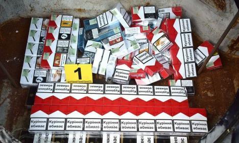 Încă o captură la frontiera Borş: 2.600 de pachete de ţigări de contrabandă, ascunse într-un Volkswagen (FOTO)