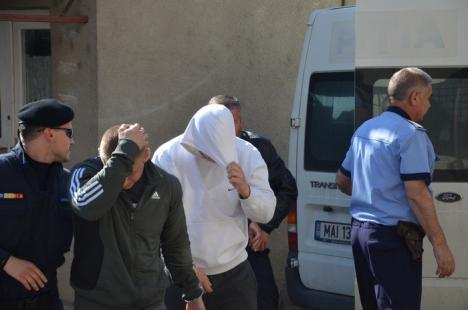 Poliţiştii salontani acuzaţi de şpagă au fost trimişi în arest la domiciliu de Curtea de Apel